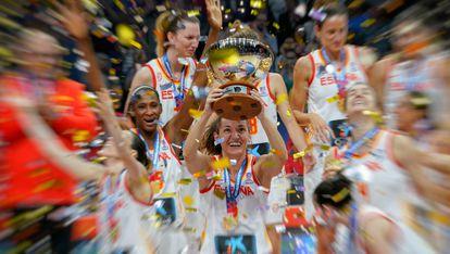 Laia Palau lifting the 2019 Eurobasket trophy won in Belgrade.  FEB