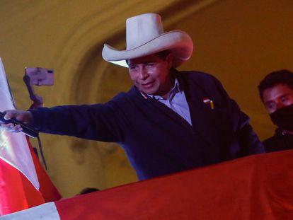 Pedro Castillo celebra la victoria con sus seguidores, este jueves en Lima.
