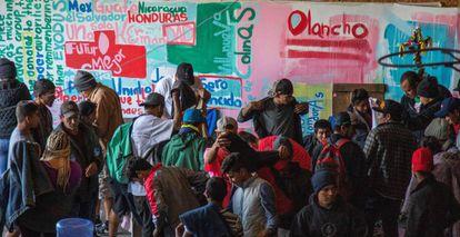 Migrantes centroamericanos permanecen, en un albergue de Tijuana