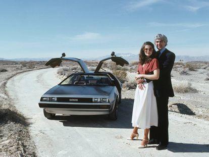 John DeLorean y su mujer, la modelo Cristina Ferrare, posan delante del mítico DeLorean DMC-12 en 1979. |