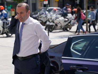 El candidato del Partido Popular Europeo, Manfred Weber, llegando a la cumbre de la formación en Bruselas.