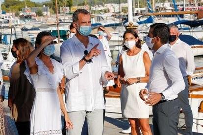 El rey Felipe Vl con la reina Letizia en su visita en Ibiza el 17 de agosto.