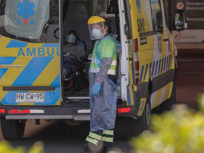 Un paciente con síntomas de covid-19 es trasladado en una ambulancia este jueves, en Santiago.