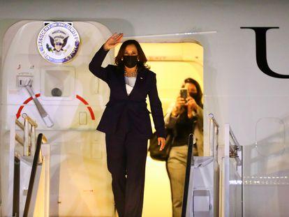 Kamala Harris llega al aeropuerto internacional Benito Juárez en la Ciudad de México.