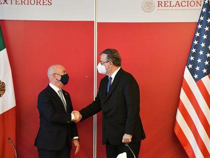 El canciller Marcelo Ebrard y el secretario de Seguridad Nacional de Estados Unidos, Alejandro Mayorkas, al término de una reunión en la Ciudad de México.