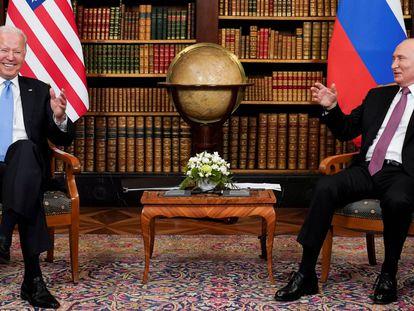 Los presidentes de Estados Unidos, Joe Biden, y Rusia, Vladímir Putin, durante un encuentro en la Villa La Grange, en Suiza, en julio de 2021