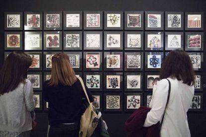 Visitantes en la exposición 'El principio Asia. China, Japón e India en el arte contemporáneo en España (1957-2017)'.