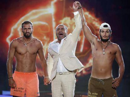 Jorge Javier Vázquez levanta el brazo del ganador de 'Supervivientes 2019', Omar Montes.