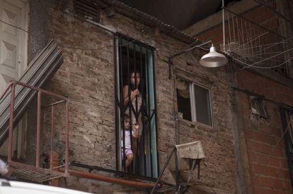 Una mujer y un niño en Villa 31, Buenos Aires.