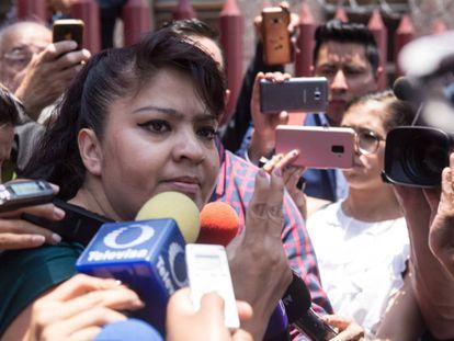 Nestora Salgado habla ante la prensa mexicana.
