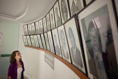 La concejala Bia Bogossian observa los ediles varones en los pasillos del Ayuntamiento de Tres Ríos, este lunes.