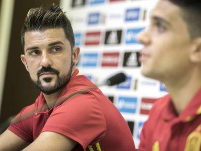 David Villa, junto a Marc Bartra, en la rueda de prensa de este martes en la Ciudad del Fútbol de Las Rozas.