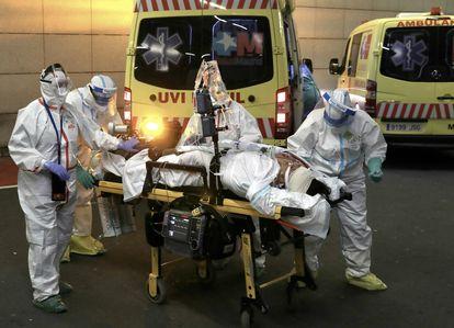 Llegada al hospital Puerta de Hierro de Majadahonda (Madrid) de la paciente Erika Mejía, que hasta ese momento estaba ingresada en el hospital universitario de Guadalajara, el viernes 17 de abril. El traslado le salvó la vida.