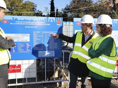Díaz Ayuso visita las obras de accesibilidad en Plaza Elíptica.