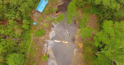 La zona del derrame de petróleo en la comunidad de San Pedro, y el campamento de la empresa contratada para limpiar la zona.