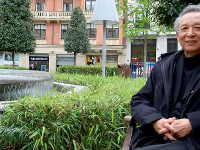 El escritor Gao Xingjian sentado en la plaza de acceso a la Alhóndiga.