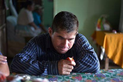 El náufrago José Salvador Alvarenga, en casa de su familia.