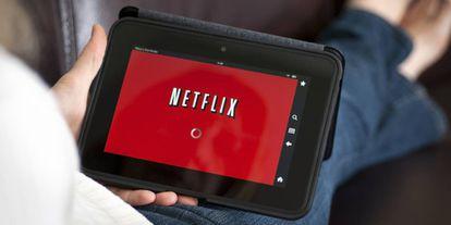 Una pantalla de una tableta electrónica conectándose a Netflix.