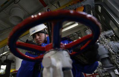 Un trabajador de Gazprom, en la planta de Novoprtovskoye el 18 de febrero.