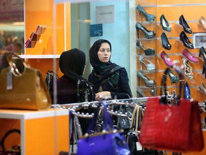Dos iraníes en un centro comercial en Chabahar.