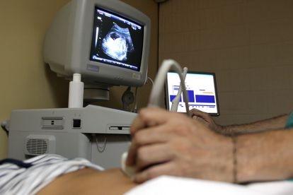 Un sanitario realiza una ecografía, en una imagen de archivo.
