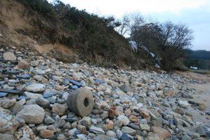 Posible mortero romano abandonado en la playa de Area entre cascotes.