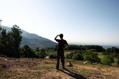 Alejandro Torralvo observa los campos de Extremadura donde sale a pastar con sus cabras.