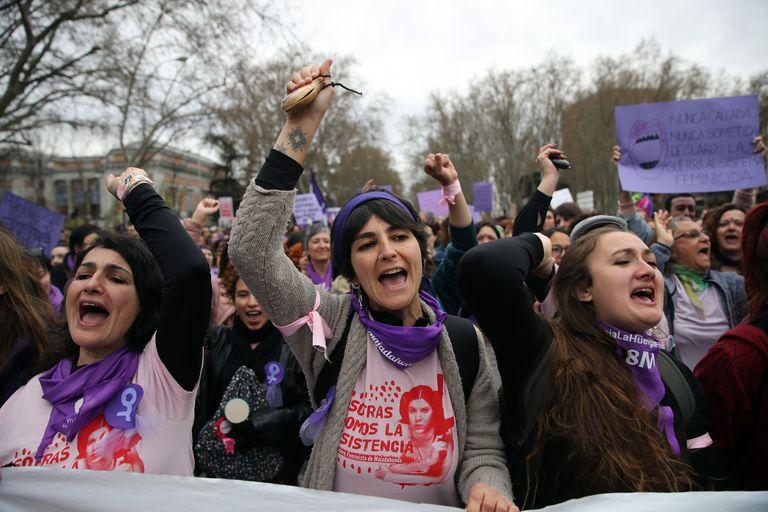 Ambiente de la manifestación del Día de la Mujer, el 8-M, a su paso por Cibeles, en Madrid.