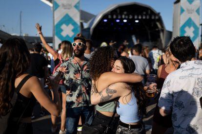 Dos chicas se abrazan durante el concierto de Joan Garriga en el festival Crüilla, este sábado.