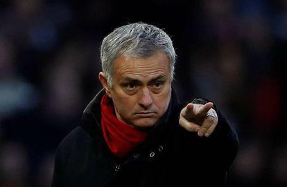 Jose Mourinho gesticula durante el partido que empató el Manchester United contra el Burnley.