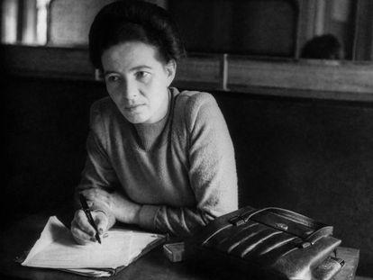 Simone de Beauvoir, en París en 1945.