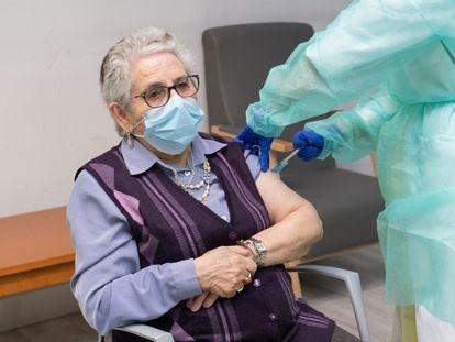 Nieves Cabo, compostelana de 82 años residente del centro Porta do Camiño de Santiago, recibe la segunda dosis de la vacuna de Pfizer este domingo.