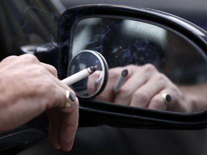 Un hombre fuma en su coche en Liverpool (Reino Unido).