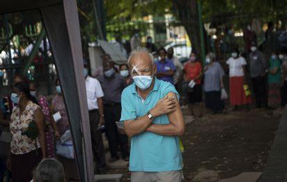 Un hombre sale de recibir la primera dosis de Pfizer en Colombo (Sri Lanka).