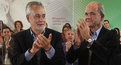 Griñán (a la izquierda) y Chaves en diciembre de 2011.