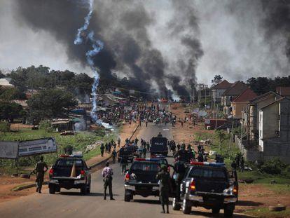 Las fuerzas de seguridad se enfrentan a los manifestantes durante una protesta antigubernamental este martes en Abuya, Nigeria.