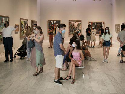 Un grupo de personas llena la sala de 'Las Meninas' del Museo Picasso de Barcelona de la calle Montcada, el pasado miércoles.