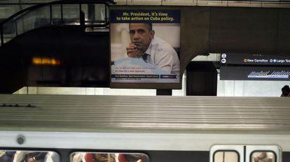 Un cartel en el metro de Washington reclama al presidente Obama que cambie la política hacia Cuba.