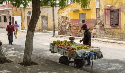 En la avenida Jean Mermoz vende fruta Mamadou desde hace unos meses.