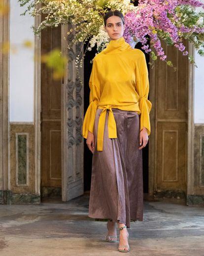 A model dressed by Juanjo Oliva in Madrid Es Moda, in April 2021.
