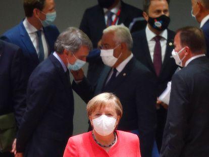 La canciller alemana, Angela Merkel, en primer plano, ayer en la cumbre de Bruselas.
