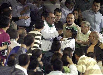 Los aficionados identifican al agresor de Armando, con gorra, en el Ruiz de Lopera.
