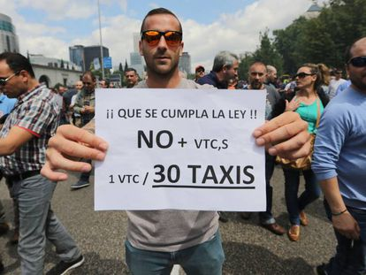Un taxista durante la huelga del pasado mayo, en Madrid.