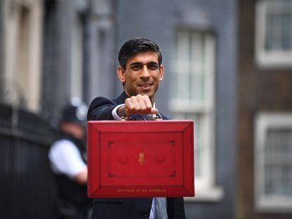 El ministro de Economía del Reino Unido, Rishi Sunak, presenta la famosa 'cartera roja' con los Presupuestos de 2020 antes de acudir este miércoles al Parlamento.