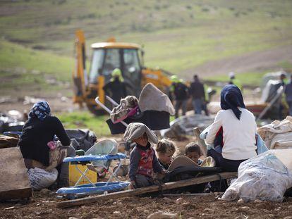 Familias palestinas observan la demolición de sus hogares, el miércoles en Humsa al Baqaia (Cisjordania).