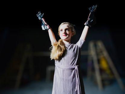 Tilly Lockley luce dos brazos biónicos y es una auténtica 'influencer'.