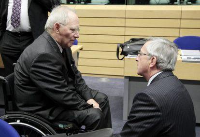 El ministro alemán de Finanzas, Wolfgang Schäuble, con el presidente del Eurogrupo, Jean-Claude Juncker, hoy en Bruselas.