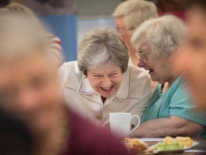 La primera ministra británica, Theresa May, en 2018 durante una visita a un centro social londinense que lucha contra la soledad.