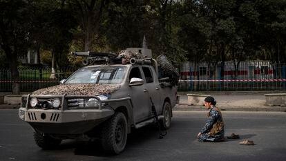 Un combatiente talibán reza ante un vehículo militar, este viernes en Kabul.