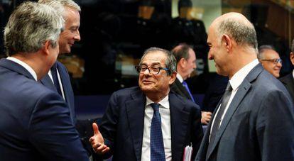 El ministro de Finanzas italiano, Giovanni Tria, junto al comisario de Asuntos Económicos, Pierre Moscovici en el último Eurogrupo.